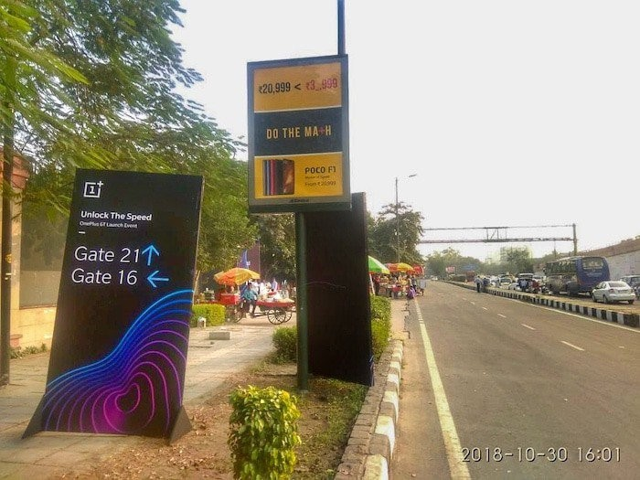 STREET FIGHT! Xiaomi Roadsign Trolls OnePlus 6T Near Launch Venue